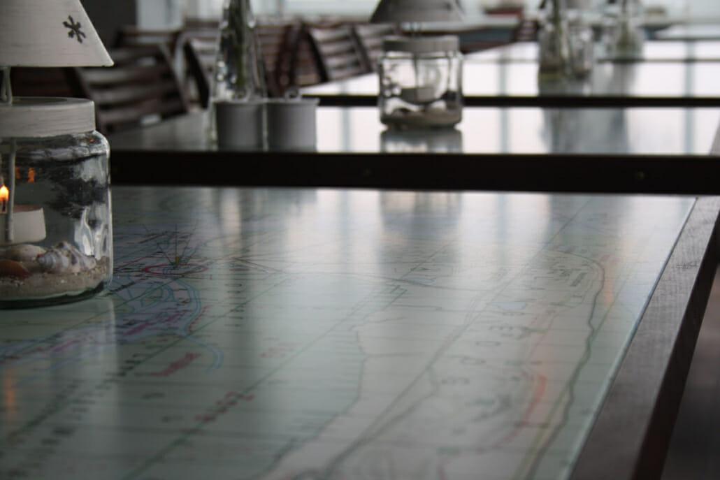 Nahaufnahme Tisch im Restaurant mit Dekoration