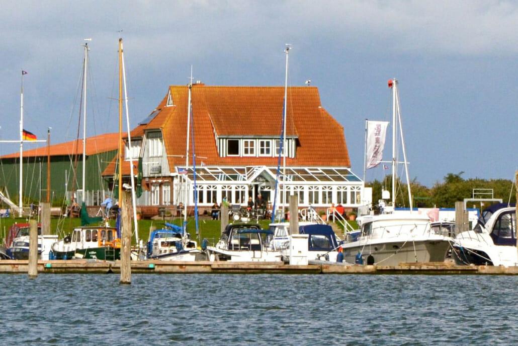 Blick vom Wasser auf den Segelhafen und das Restaurant