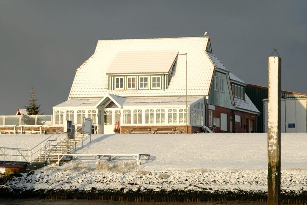 schneebedecktes Restaurant am Langeooger Hafen