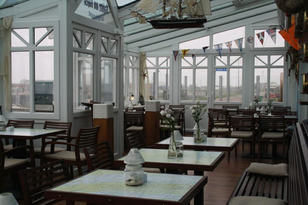 Innenaufnahme von einem Wintergarten im Restaurant