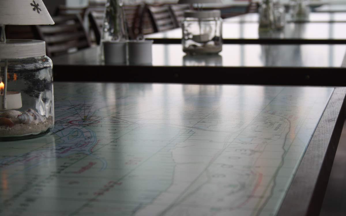 Tisch in einem Restaurant mit aufgedruckter Seekarte von Langeoog