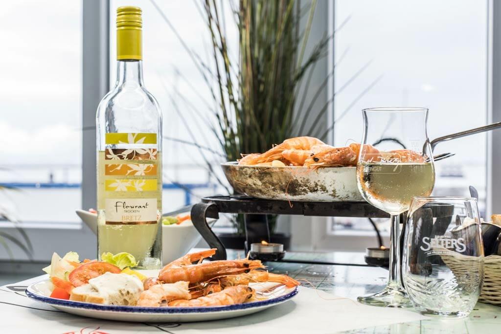 Weinflasche, Weinglas, Teller, Pfanne auf einem Tisch
