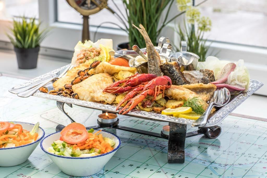 Fischplatte mit Salatbeilage